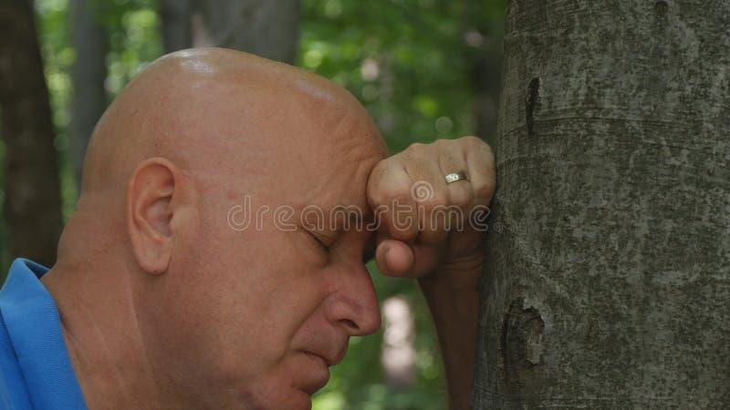 Hoffnungsloses Mann-Bild in einem Gebirgswald lizenzfreie stockfotos