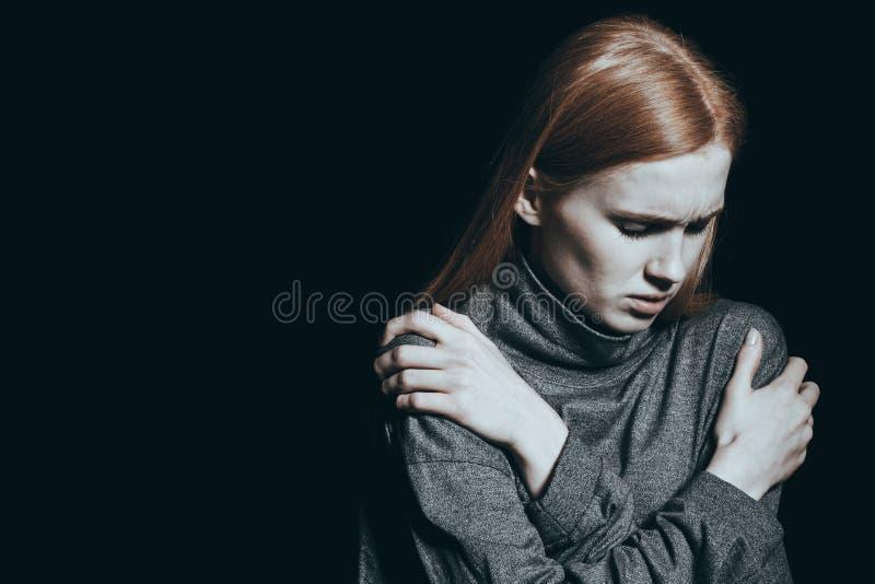 Hoffnungslosigkeit, die ein Mädchen überwältigt lizenzfreie stockfotos