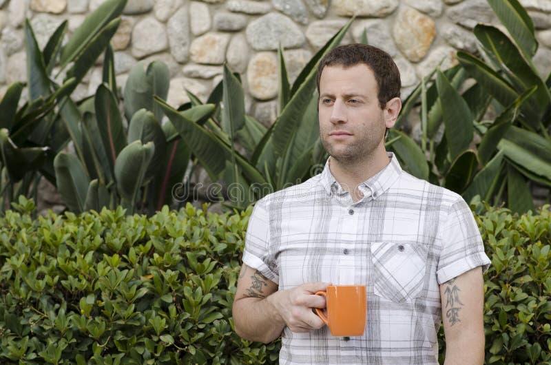 Hoffnungsvoller Mann mit einer Kaffeetasse lizenzfreies stockbild