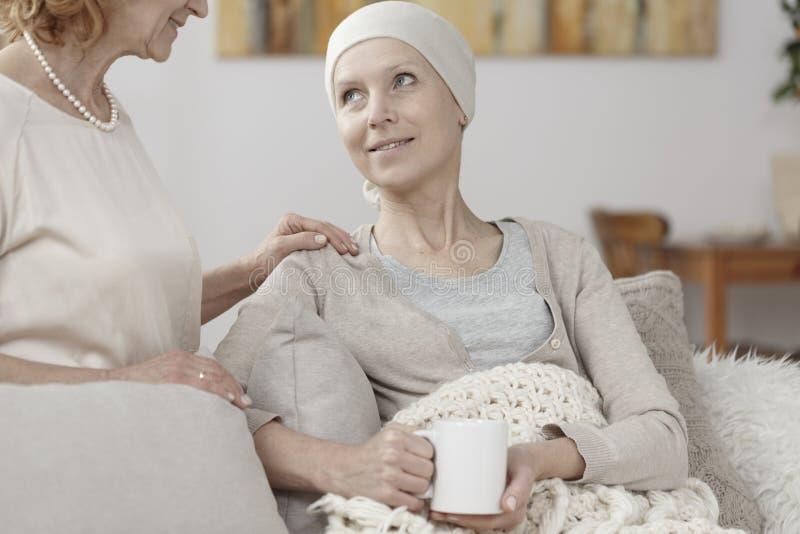 Hoffnungsvolles Frauenkrebsleiden stockfoto