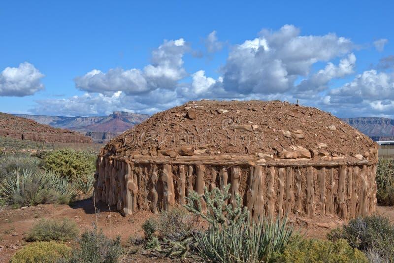 Hogan, moradia tradicional dos povos do Navajo fotos de stock royalty free