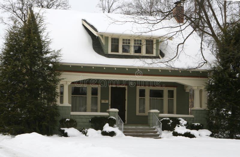 Hogar americano en invierno foto de archivo
