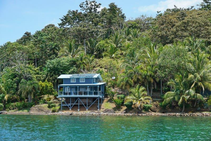 Hogar de la costa en orilla tropical enorme imágenes de archivo libres de regalías
