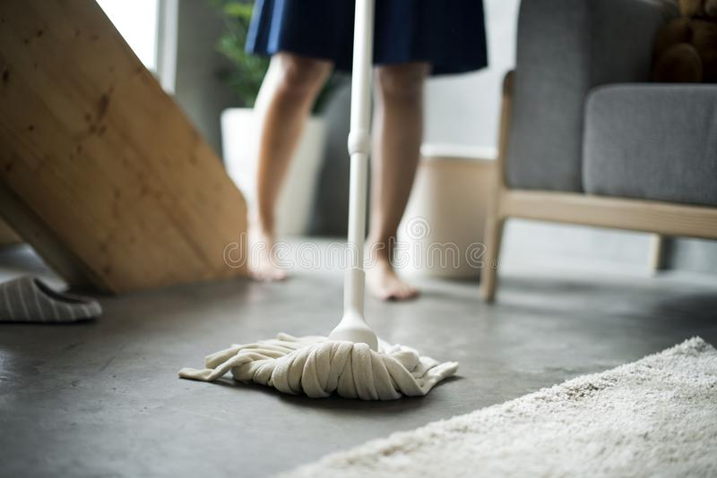 Hogar de la limpieza de la mujer con la fregona fotos de archivo
