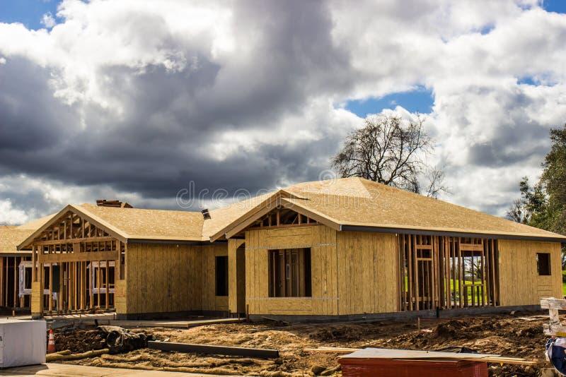 Hogar de la nueva construcción en etapa que enmarca foto de archivo