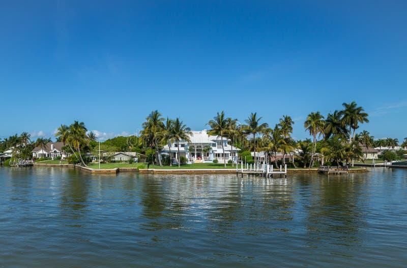 Hogar de la orilla del agua en Nápoles, la Florida foto de archivo libre de regalías