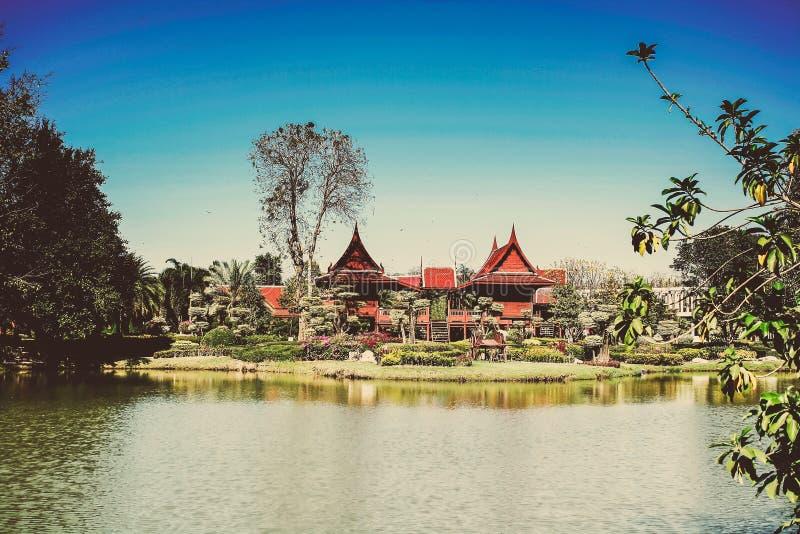 Hogar de madera del estilo de Tailandia con el cielo azul imágenes de archivo libres de regalías