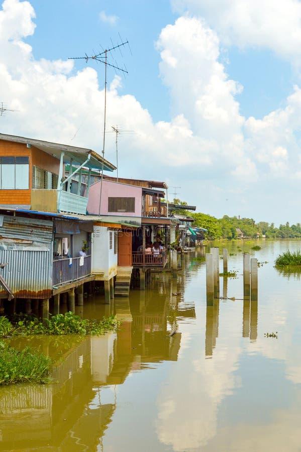 Hogar de madera en el río de Pakong de la explosión de la costa, Tailandia imágenes de archivo libres de regalías