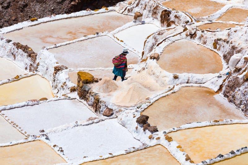 Hogar de vuelta después del trabajo en los saltpans de Moray Peru foto de archivo libre de regalías