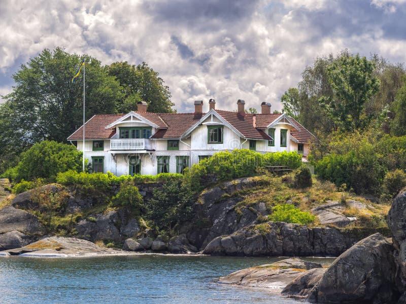 Hogar del día de fiesta en el archipiélago cerca de Lysekil, Suecia imagen de archivo libre de regalías