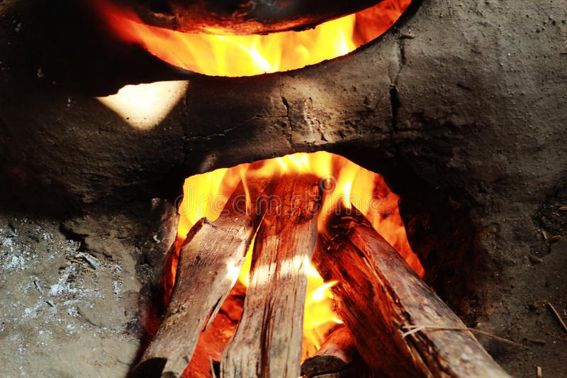 Hogar del fango que quema con la llama imagenes de archivo
