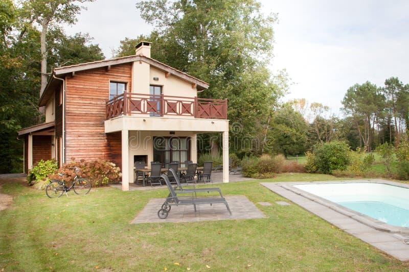 Hogar del jardín con la casa y la piscina imagen de archivo