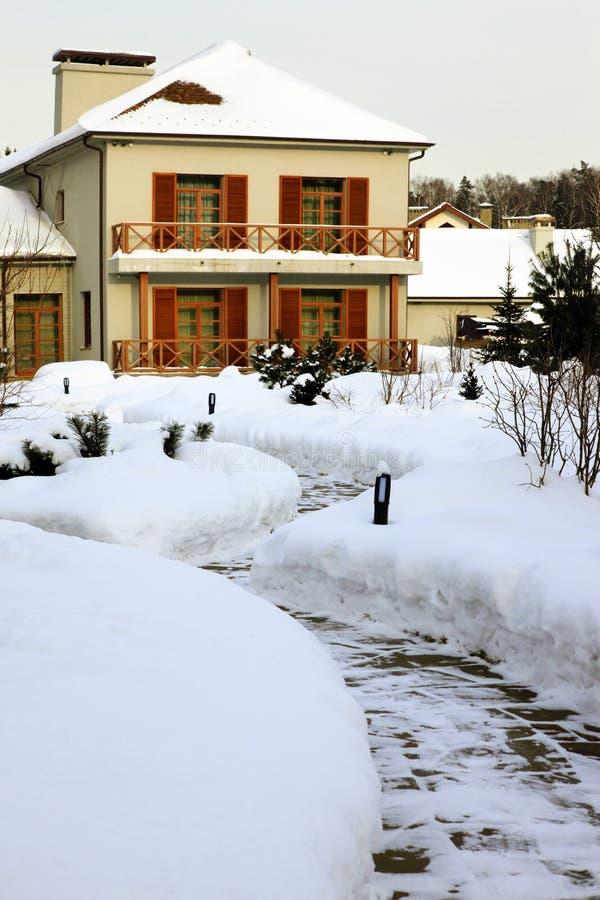 Hogar del país en invierno imagen de archivo