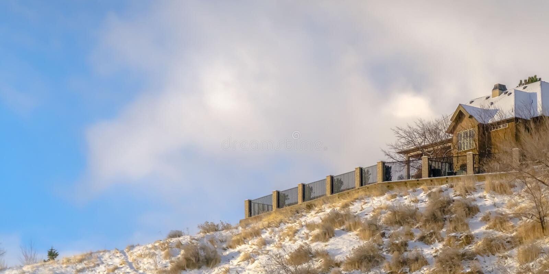 Hogar del panorama en una colina nevosa en Salt Lake City contra el cielo imagenes de archivo