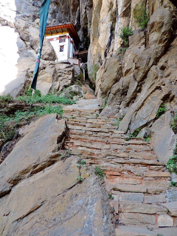 Hogar del ` s del monje en la manera a Paro Taktsang de Bhután foto de archivo libre de regalías