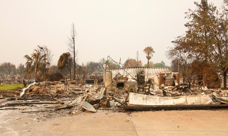 Hogar destruido por el fuego en el fuego Redding California de Carr fotos de archivo