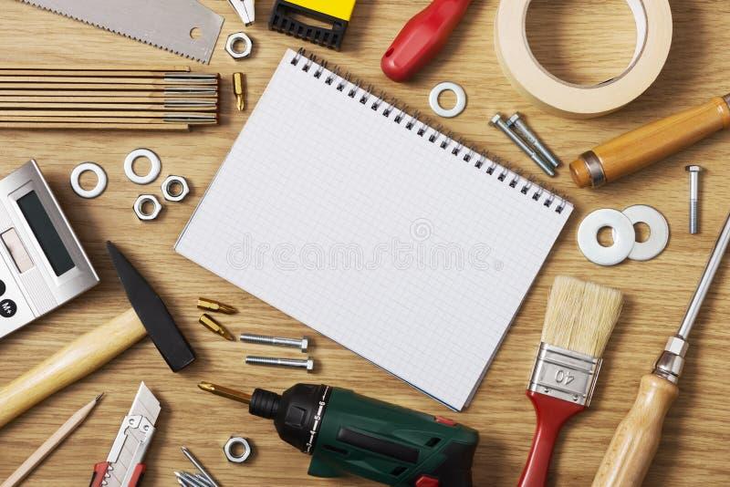 Hogar DIY y cuaderno en blanco imagen de archivo
