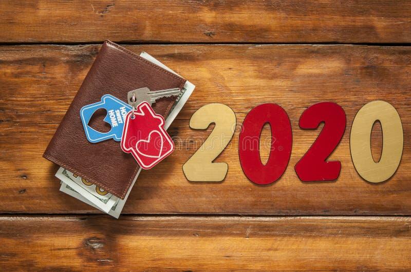 Hogar dominante y cartera de cuero en la tabla de madera vieja A?o Nuevo 2020 foto de archivo