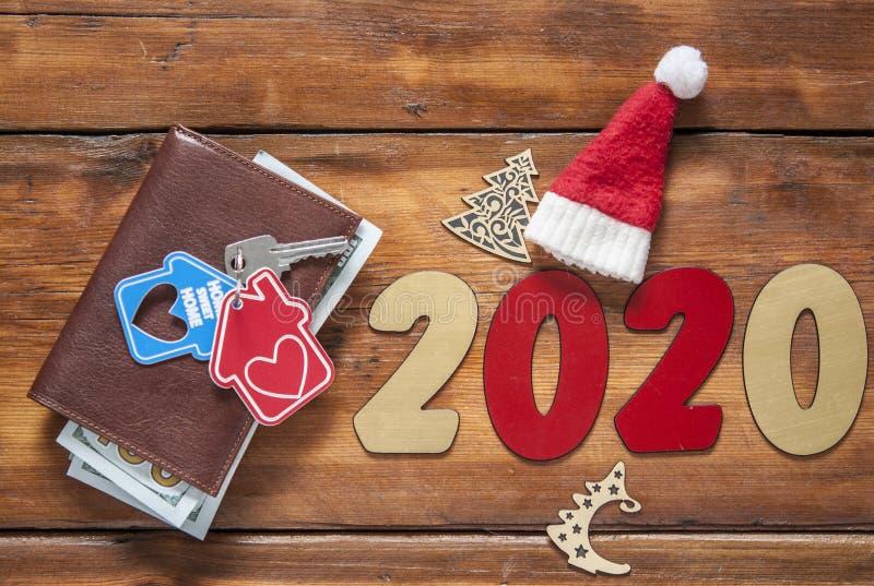 Hogar dominante y cartera de cuero en la tabla de madera vieja A?o Nuevo 2020 fotos de archivo libres de regalías