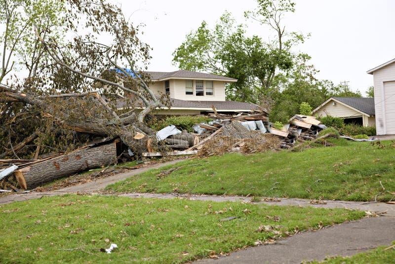 Hogar durante limpieza después del tornado fotos de archivo libres de regalías