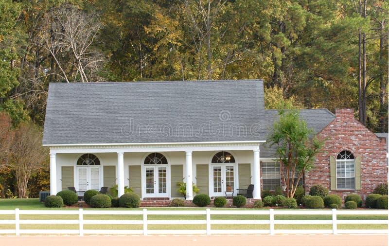 Hogar elegante del estilo del rancho en una configuración del país fotos de archivo