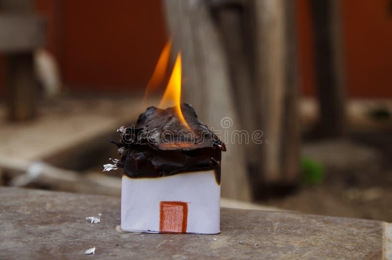 Hogar en la protección del modelo, del riesgo o del seguro de propiedad de la casa del fuego fotografía de archivo