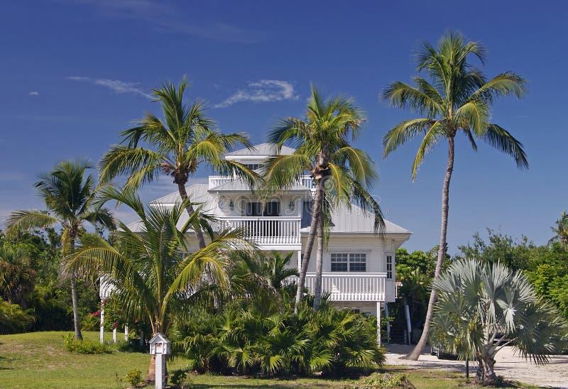 Hogar en paraíso tropical imagen de archivo