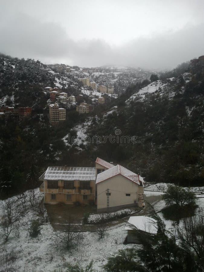 Hogar hermoso en la nieve fotos de archivo