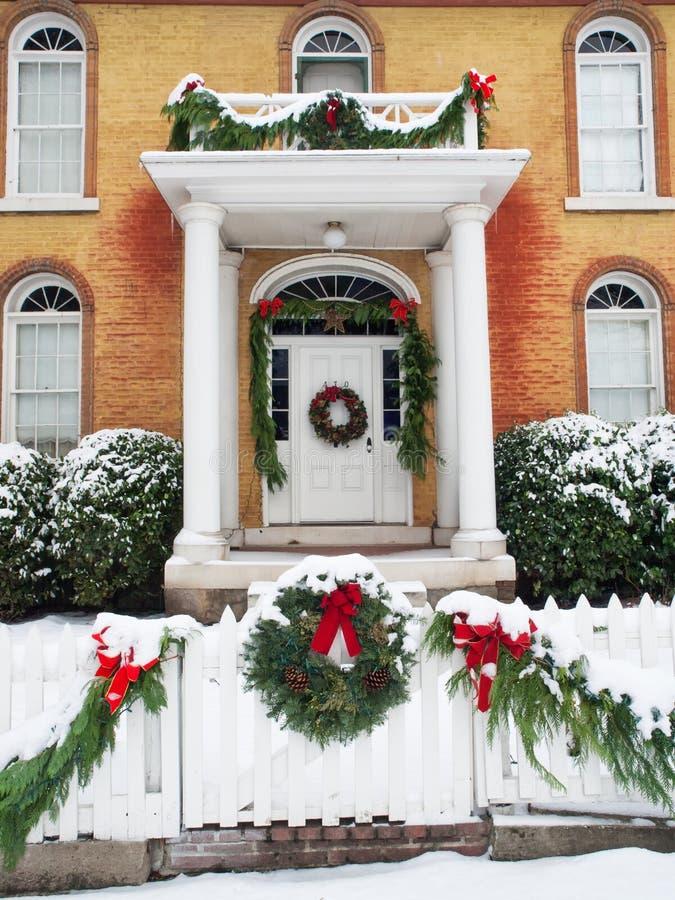Hogar histórico con las decoraciones de la Navidad imágenes de archivo libres de regalías