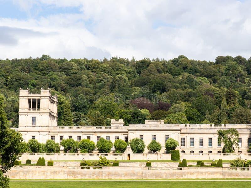 Hogar majestuoso Derbyshire, argumentos, puente, árboles, casa foto de archivo