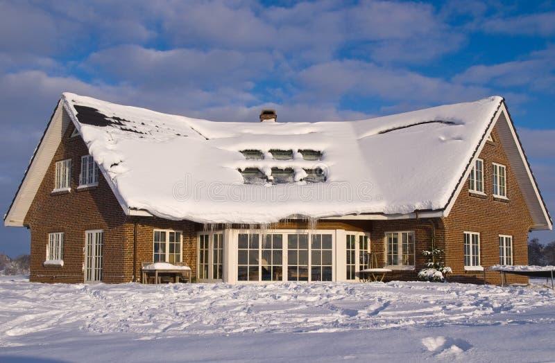 Hogar moderno hermoso de la casa en invierno fotos de archivo libres de regalías