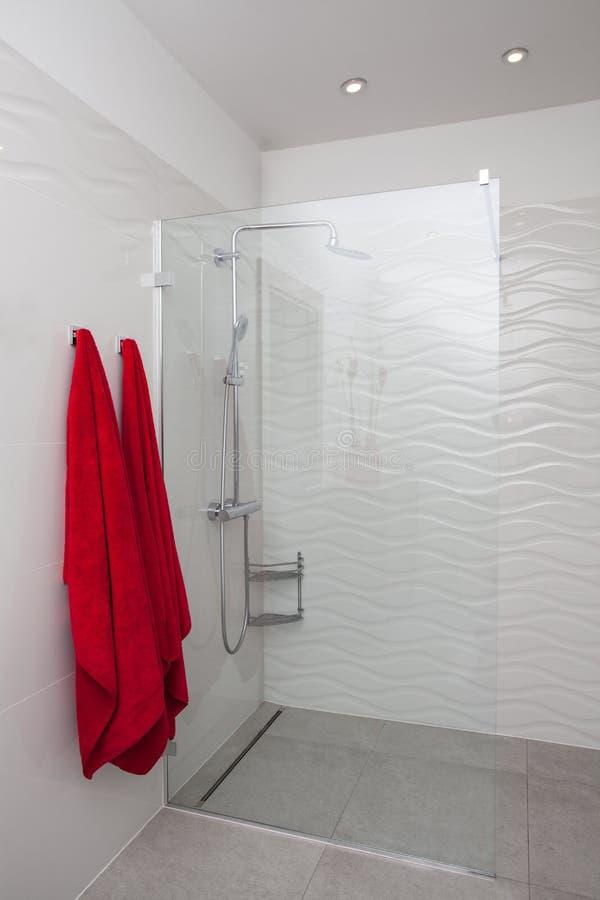 Hogar nublado - ducha moderna foto de archivo libre de regalías