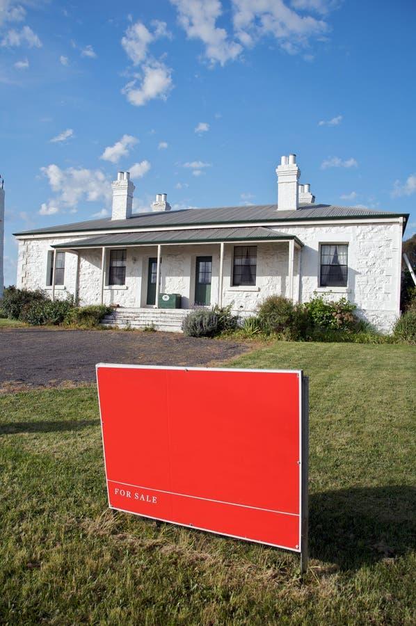 Hogar para la muestra de la venta, nuevo hogar o casa imagen de archivo libre de regalías
