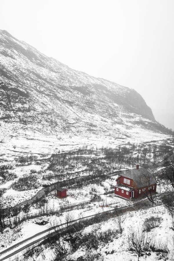 Hogar pequeño y solo entre campo del invierno imagen de archivo libre de regalías