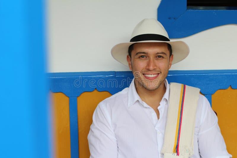 Hogar que se sienta del hombre suramericano tradicional fotos de archivo