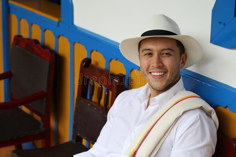 Hogar que se sienta del hombre suramericano tradicional fotografía de archivo