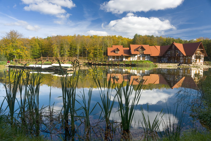 Hogar rústico en el lago foto de archivo libre de regalías
