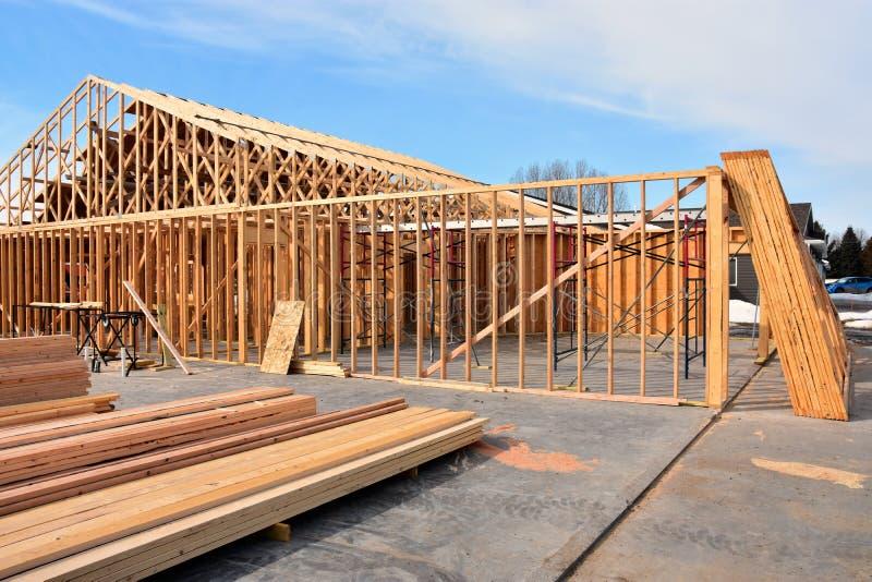 Hogar residencial del marco de madera bajo construcci?n fotos de archivo libres de regalías