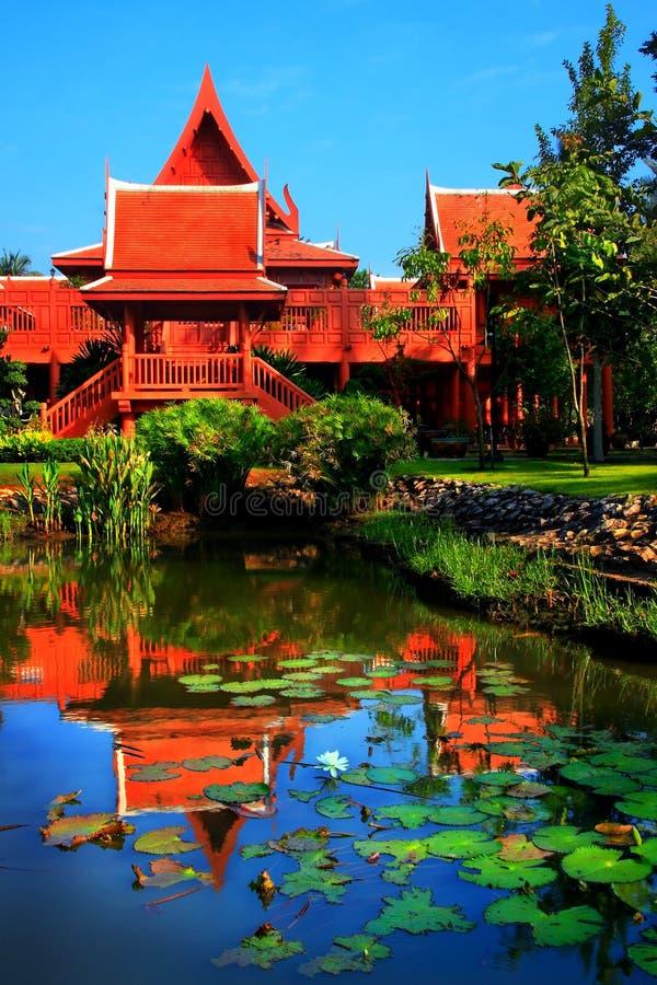 Hogar tailandés del jardín del estilo imagenes de archivo