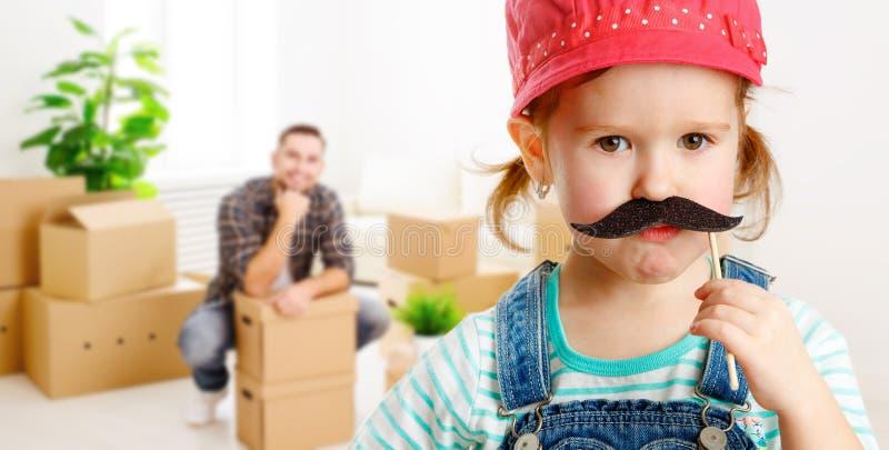 Hogar y renovación móviles de la familia muchacha divertida con un bigote f imagen de archivo libre de regalías