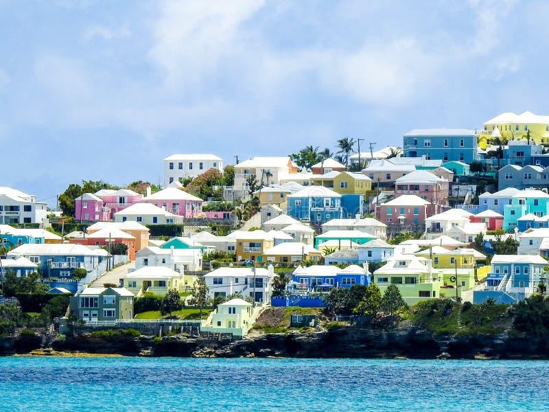 Hogares coloridos en Bermudas contra el mar de la turquesa imagen de archivo