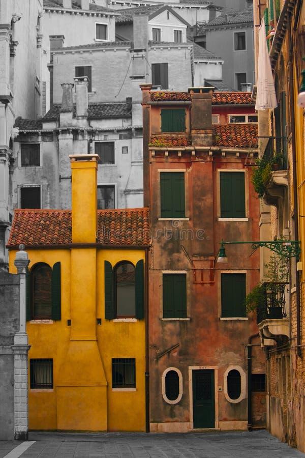Hogares coloridos en una ciudad blanco y negro imagen de archivo libre de regalías