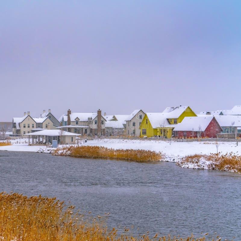 Hogares cuadrados claros de la alba alrededor del lago Oquirrh visto en invierno imagen de archivo libre de regalías