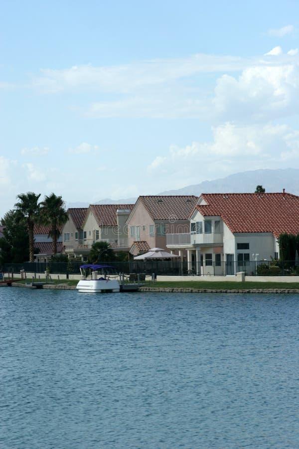 Hogares de la orilla del lago con la opinión del agua imagenes de archivo