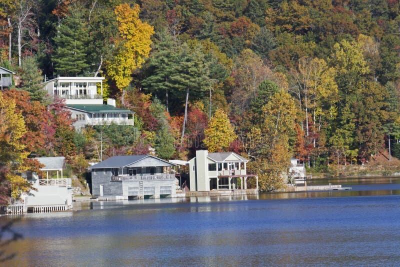 Hogares de la orilla del lago del otoño foto de archivo