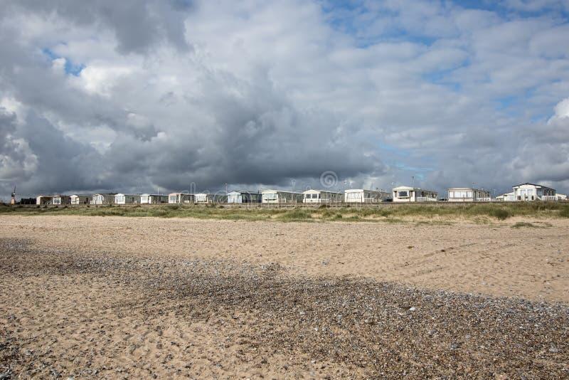 Hogares de la playa de Holday Caravanas estáticas de las vacaciones a lo largo de la costa BRITÁNICA fotografía de archivo