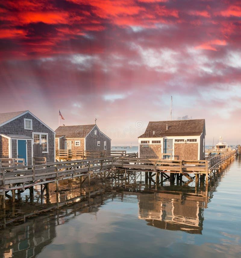 Hogares de madera sobre el agua en la puesta del sol fotografía de archivo