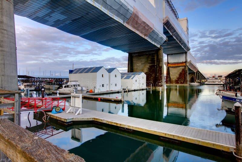 Hogares del agua debajo del puente Tacoma, WA imágenes de archivo libres de regalías