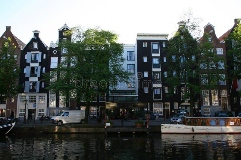 Hogares del canal en Amsterdam foto de archivo