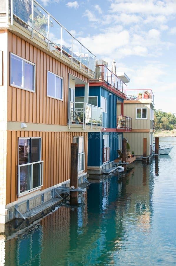 Hogares del flotador o aldea del puerto deportivo fotos de archivo libres de regalías